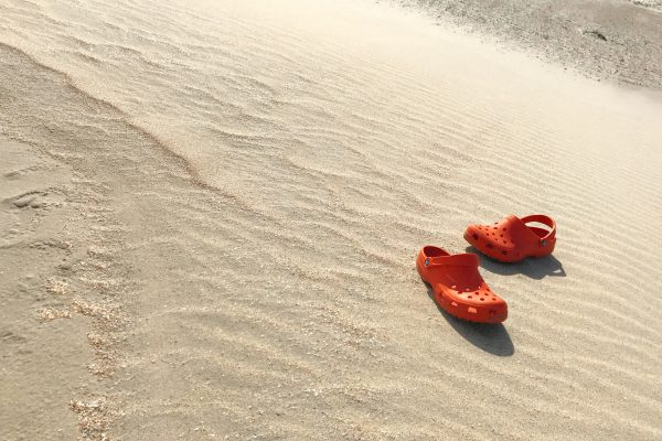 crocs im sand 600x400 - Home