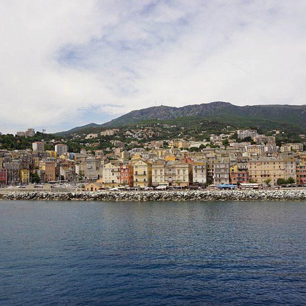 Blick auf Bastia 600x600 - 10 Tage Geheimnisse: Roadtrip im Zelt durch Korsika  – Teil 1
