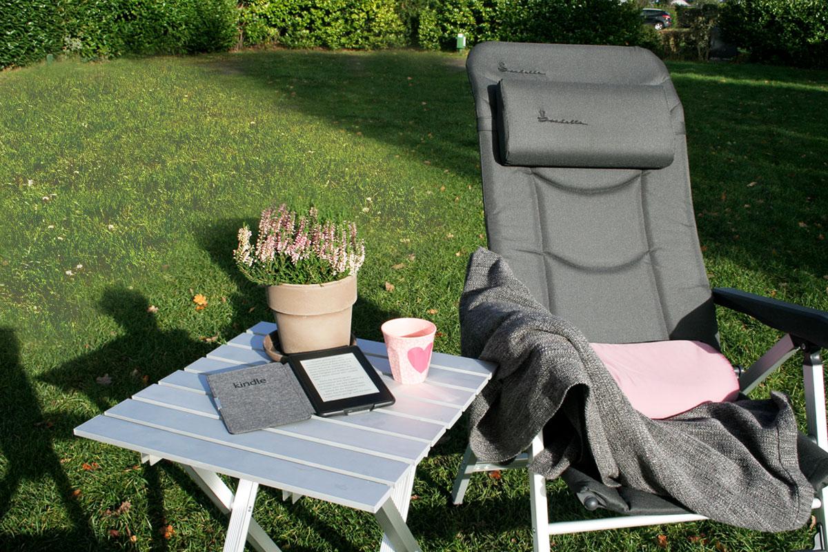 kindle auf tisch mit stuhl - Das Kindle-Geheimnis: Warum Kindle Nutzer mehr lesen